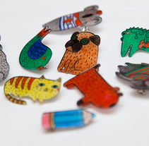 Shrink plastic handpainted brooches. Um projeto de Ilustração, Artesanato, Design de joias e Design de brinquedos de Oxana Kostromina - 04-06-2014