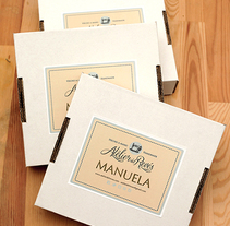 Caja para las Manuelas de Atelier del Revés. Un proyecto de Diseño gráfico y Packaging de César Calavera Opi - 21-10-2014
