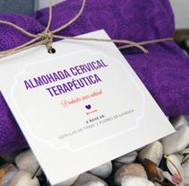 """Etiqueta """"Almohada Cervical Terapéutica"""". Um projeto de Design, Artesanato e Design gráfico de Laura Sarrió         - 26.11.2014"""